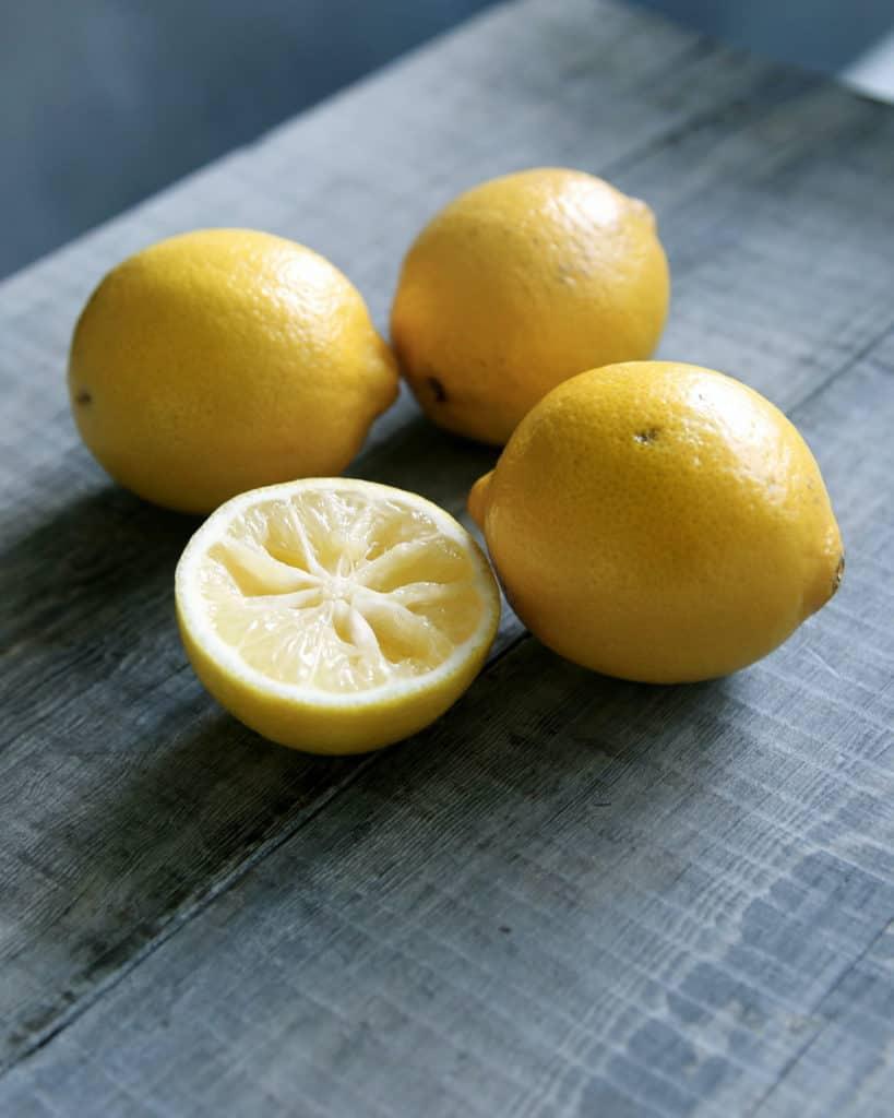 Unsplash_HowToCleanAWoodCuttingBoardAfterRawMeat_Lemons