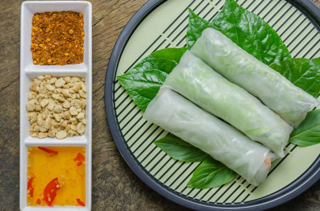 YayImages_HowDoYouEatMicrogreens_fresh-spring-roll
