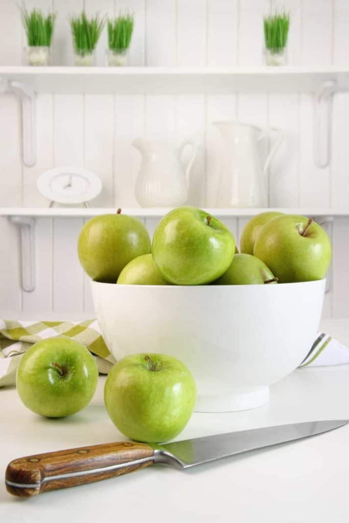 YayImages-HowIsPectinMade_green-apples-in-bowl-on-table