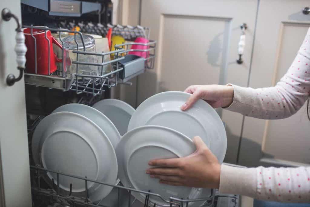 YayImages_HowToCleanASwedishDishcloth_arranging-plates-in-dish-washer