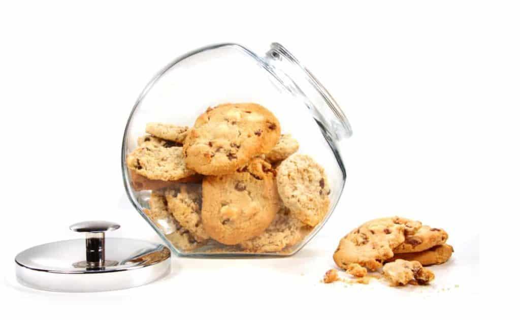 YayImages_HowToIncreaseTheShelfLifeOfCookies_homemade-cookies-in-glass-jar-on-white